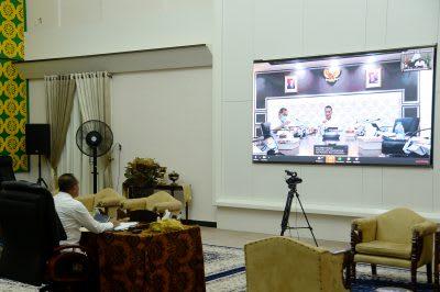 Gubernur Sumut Edy Rahmayadi mengikuti video conference yang dipimpin oleh Menteri Sosial Juliari Batubara dari Jakarta,  di Rumah Dinas Gubernur Sumut Jalan Sudirman Medan.