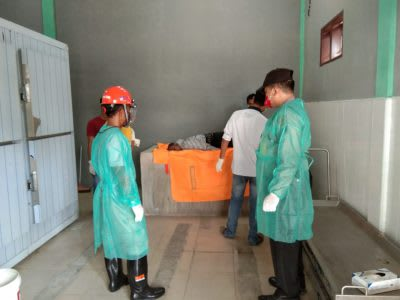 Personel Polres Tebing Tinggi saat membawa jenazah Nasrizal ke RS Kumpulan Pane Tebing  Tinggi.