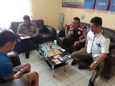 HS, terduga pengendar sabu yang ditangkap saat diinterogasi di Mapolsek Parapat