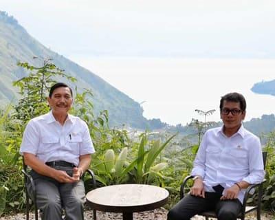 Menko Marvest Luhut B Panjaitan bersama Menparekraf Wishnutama saat berada di Kawasan Danau Toba Desa Sigapiton.