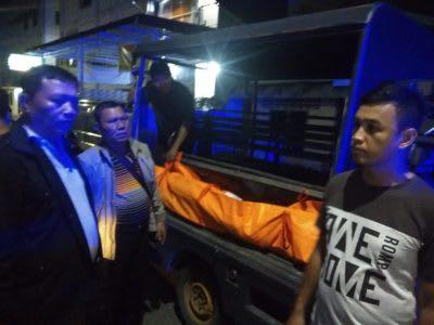 Jenazah Dedi Purnama setelah dievakuasi hendak dibawa ke Instalasi Jenazah RSUD dr Djasamen Saragih oleh personel Polresta Siantar.