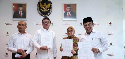 Menteri PANRB Tjahjo Kumolo bersama dengan Menko PMK Muhadjir Effendy, Menteri Ketenagakerjaan Ida Fauziyah, dan Menteri Agama Fachrul Razi dalam penandatanganan perubahan Cuti Bersama Tahun 2020 di Kantor Kemenko PMK, Jakarta, Senin 9 Maret 2020.