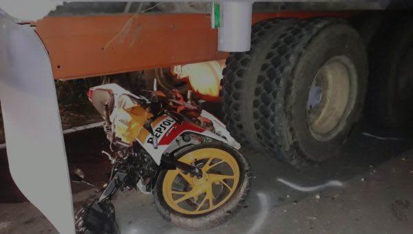 Sepedamotor milik Roymer Simanjorang berada di kolong truk sebelum dievakuasi personel Satlantas Polres Simalungun.