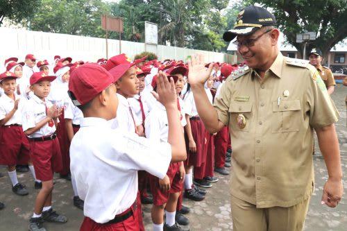 Wakil Walikota Medan Akhyar Nasution menyapa murid SD usai upacara di SDN 060873, Jalan Gunung Krakatau, Kelurahan Pulo Brayan Bengkel, Kecamatan Medan Timur, Selasa (16/7).