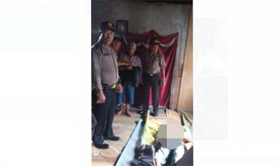 Personel Polsek Raya melakukan pemeriksaan di rumah duka Rodearman Saragih