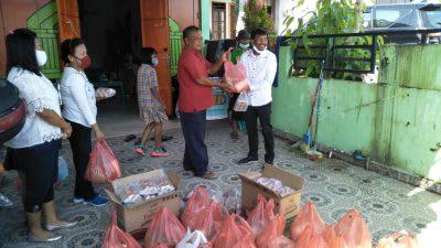 Anggota DPRD Tonny Simanjuntak, SE menyerahkan bantuan kepada para supir angkot Sopo, di rumahnya, Rabu  22 April 2002.