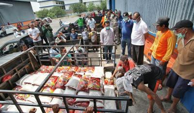 Plt Wali Kota Medan Ir H Akhyar Nasution MSi, menyerahkan beras kepada Camat se-Kota Medan di Gudang Bulog di Jalan Mustafa, Kelurahan Glugur Darat I, Kecamatan Medan Timur, untuk kemudian dibagikan ke warga, Sabtu 4 April 2020.
