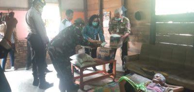 Bupati Toba Darwin Siagian didampingi Ketua TP PKK Ny Brenda Ritawaty Darwin Siagian Br Aruan serahkan bantuan secara langsung kepada salah satu warga terdampak Covid-19 di Kelurahan Dangsina, Kecamatan Sigumpar, Kamis 23 April 2020.