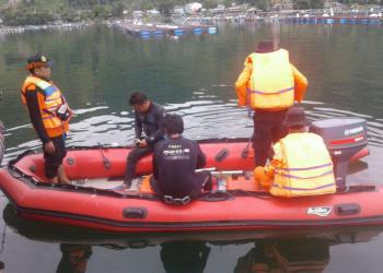 Petugas Basarnas saat hendak melakukan pencarian tubuh Yudhistira di perairan Danau Toba, Rabu (24/1) siang.