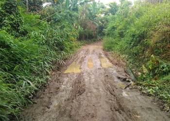 Kondisi jalan menuju Huta Parsinalahian, Kelurahan Merek Raya.