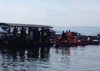 Personel polisi, petugas Basarnas Simalungun dibantu warga melakukan pencarian tubuh Yudhistira, Selasa (23/1).