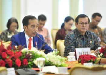 Presiden Jokowi memberikan arahan pada ratas yang membahas mengenai Kesiapan Menghadapi Virus Corona, di Istana Kepresidenan Bogor, Provinsi Jawa Barat, Selasa 4 Pebruari 2020.
