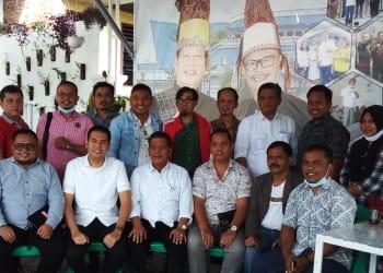 Radiapoh Hasiholan Sinaga foto bersama pengurus HIPMI Simalungun