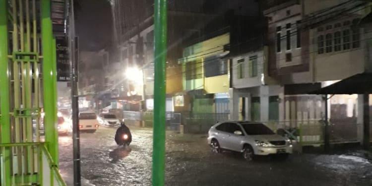 Kondisi Jalan Wahidin Siantar yang digenangi air hingga 60 centimeter saat turun hujan.