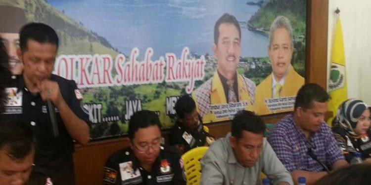 Komisioner KPU dan Panwas Simalungun saat melakukan verifikasi di kantor DPD Partai Golkar Simalungun, Kamis (1/2).