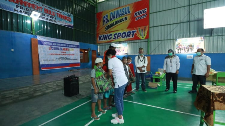 Ny Hermanto Sipayung boru Damanik, saat menyematkan sarung kepada anak yang akan disunat