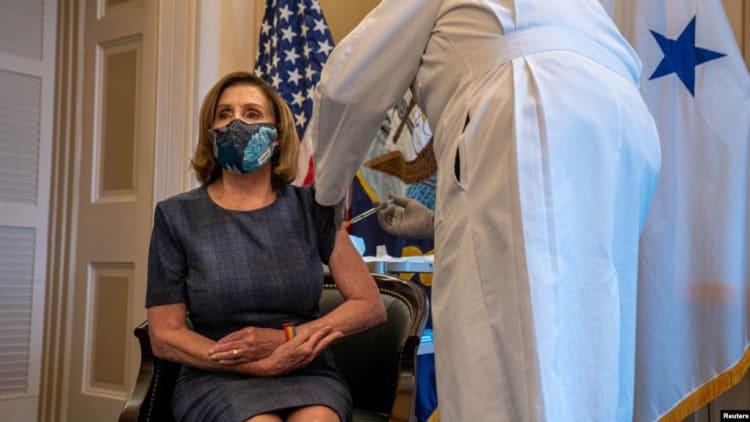 Ketua DPR AS Nancy Pelosi menerima vaksinasi Covid-19 di Washington DC (foto: dok).