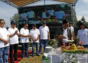 Komisaris Utama PTPN IV I Ketut Diarmita didampingi Direktur Utama PTPN IB Siwi Peni, memotong tumpeng pada perayaan HUT ke-23 PTPN IV di Lapangan Golf Kebun Pabatu, Minggu (31/3).