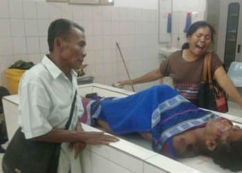 Keluarga menangisi jenazah Chandra Haloho ketika berada di Ruang Jenazah RSUD dr Djasamen Saragih.