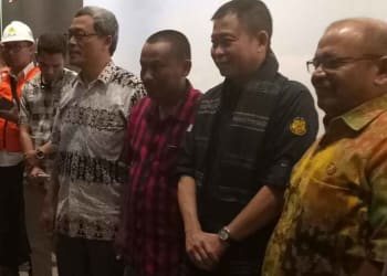 Menteri ESDM Ignatius Jonan foto bersama usai peresmian gedung Pusat Informasi Geofark Kaldera Toba.