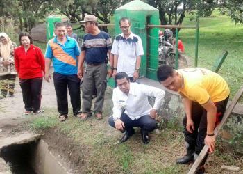 Walikota Siantar Hefriansyah meninjau pembesihan drainase di Simpang Kapuk, Kecamatan Siantar Martoba.