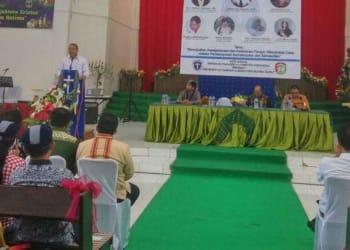 Menteri Desa Eko Putro Sandjojo, saat memberikan pemaparan materi di acara serasehan yang dilaksanakan GMKI di Pulau Sumba.