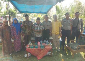 Anggota DPRD Muara Bungo Alfamuz foto bersama dengan tokoh masyarakat Desa Rantau Ikil