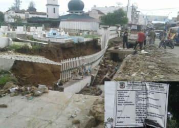 Kondisi tembok dan pagar pemakaman di Jalan Pane roboh., penyebab diduga karena pengerjaan gorong-gorong yang asal jadi. (insert plank proyek gorong-gorong)