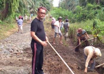 Masyarakat Nagori Bah Tonang melaksanakan gotongroyong, Selasa 4 Agustus 2020.