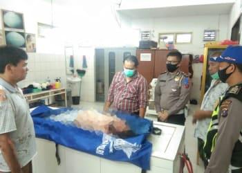 Personel Satlantas Polres Simalungun saat membawa jenazah Dame Irawati Br Panjaitan ke ruangan jenazah RSUD dr Djasamen Saragih.
