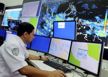 Kepala Bidang Informasi Meteorologi Publik Badan Meteorologi, Klimatologi, dan Geofisika (BMKG) A Fachri Radjab menjelaskan kondisi cuaca saat ini dan prediksinya selama sepekan, Senin (4/1), di Kantor BMKG, Jakarta. Potensi hujan di Jawa saat ini hanya intensitas ringan-sedang, tetapi berpotensi terus meningkat menjadi sedang-lebat, terutama di akhir pekan ini.    Kompas/Johanes Galuh Bimantara (JOG)  04-01-2016