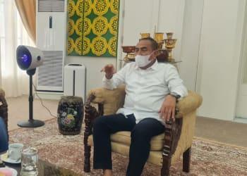 Bupati Kabupaten Simaungun (terpilih) periode 2021/2024, Radiapoh Hasiholan Sinaga sedang berbincang serius dengan Gubernur Sumut, Edy Rahmayadi, terkait pembangunan Kabupaten Simalungun ke depan.