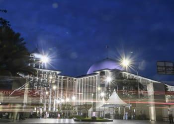 Sejumlah aparat keamanan berjaga saat peresmian renovasi Masjid Istiqlal, Jakarta, Kamis (7/1/2021). Renovasi masjid Istiqlal yang menelan biaya sebesar Rp511 miliar dari APBN merupakan renovasi pertama sejak 42 tahun. ANTARA FOTO/M Risyal Hidayat/aww.