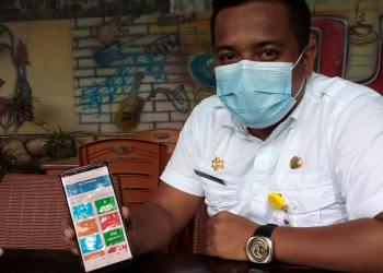 Camat Ujung Padang, Muhamad Fikri Panani Damanik menunjukkan Aplikasi Efitamala