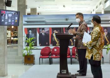Menkes Budi Gunadi Sadikin dan Mendagri Tito Karnavian dalam keterangan pers bersama, Senin (26/07/2021) siang, di Kantor Presiden, Jakarta. (Foto: Humas Setkab)