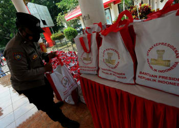 Personel Satbinmas Polres Blitar Kota menata paket bansos dari Presiden Joko Widodo untuk selanjutnya di salurkan di Kota Blitar, Jawa Timur, Jumat (10/9/2021). Polres Blitar Kota menyalurkan sebanyak 600 paket bansos berisi sembako terhadap sejumlah pedagang di kawasan wisata Makam Presiden Soekarno yang terdampak secara ekonomi akibat penutupan kawasan wisata tersebut yang diberlakukan selama penerapan PPKM guna menekan penyebaran COVID-19. ANTARA FOTO/Irfan Anshori/foc.