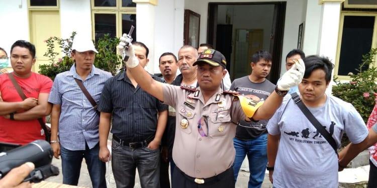 Kapolres Simalungun AKBO Marudut Liberty Panjaitan saat menunjukan barang bukti yang disita dari Sulis di depan Ruang Forensik RSUD Djasamen Saragih, Kamis (18/1).