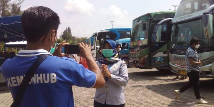 Pegawai Pelayanan Terminal Tipe A Tanjung Pinggir, Kota Pematangsiantar sedang mempersiapkan laporan visual yang akan disampaikan ke Kementerian Perhubungan.