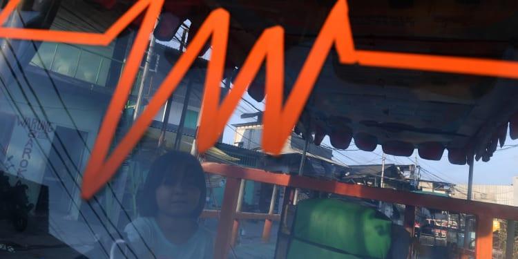 Seorang anak bermain tanpa mengenakan masker di Muara Angke, Jakarta, Jumat (25/6/2021). Kemenkes meminta orang tua untuk ikut melakukan pengawasan kepada anak untuk meningkatkan protokol kesehatan karena berdasarkan data sebanyak 12,6 persen dari total kasus positif COVID-19 nasional merupakan anak-anak. ANTARA FOTO/Wahyu Putro A/aww.
