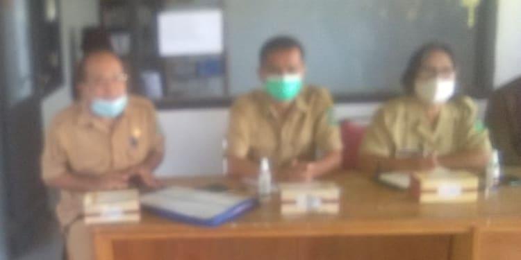 Kepala Bappeda Simalungun diwakili Kepala Bidang Fisik Sarana Prasarana, Rudi E Saragih (kiri), PPK Dinas PU Simalungun, Robert Siregar dan Pangulu Nagori Tigaras, Nelli Silalahi (kanan)