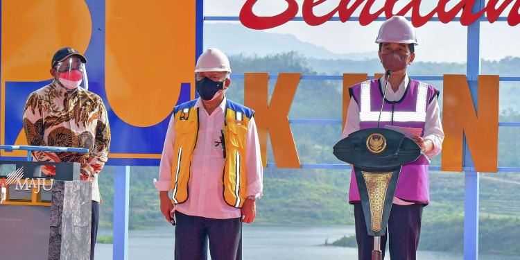 Presiden Joko Widodo (kanan) didampingi Menteri Pekerjaan Umum dan Perumahan Rakyat (PUPR) Basuki Hadimuljono (kedua tengah), dan Anggota DPR Mulyadi (kanan) memberikan sambutan usai peresmian Bendungan Kuningan di Kabupaten Kuningan, Jawa Barat, Selasa (31/8/2021). Bendungan yang telah dibangun selama tujuh tahun dengan biaya Rp513 miliar tersebut memiliki daya tampung 25,9 juta meter kubik air dan diproyeksikan dapat menyuplai air bagi 3.000 hektar sawah di Kuningan, Cirebon, hingga Brebes. ANTARA FOTO/Agus Suparto/app/foc.