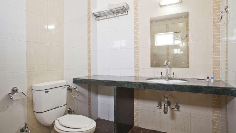 Hotel Ruby  Jaipur RoyalDeluxeBathroom2 0