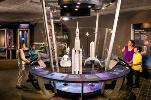Above and Beyond en Centro Espacial