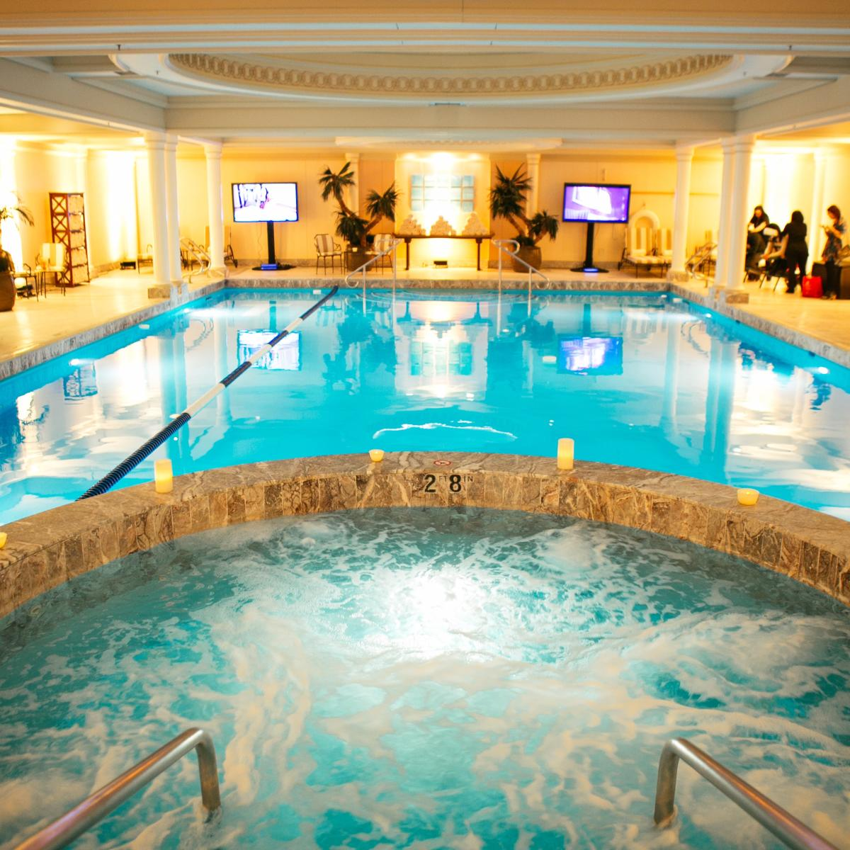 Chicago hotel with pools 5 kid friendly hotel pools for Spa weekend getaway chicago