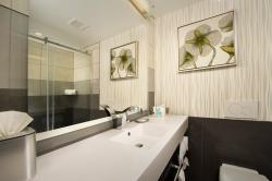 Crowne Plaza bathroom SeaTac Airport