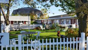 lafayette-motel-canandaigua-courtyard.jpg
