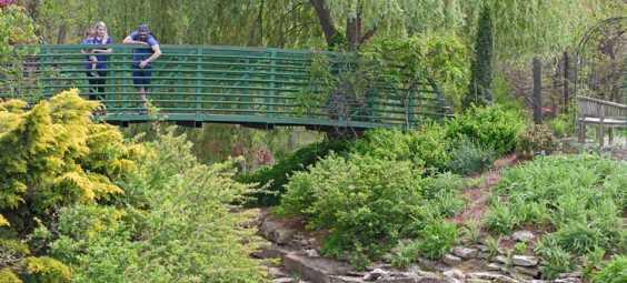 Millennials-Vacationing-at-Overland-Park-Arboretum