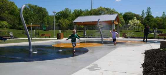kids-at-splash-pad