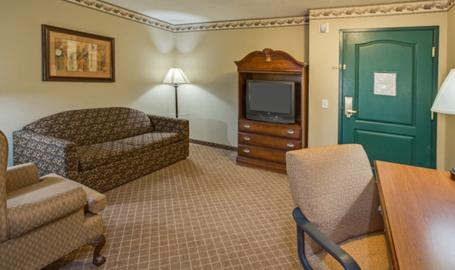 Country Inn and Suites Merrilllville Hotel room living area