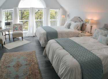 Bluebird Room, 2 Queen Beds, Shower & Soaking Tub